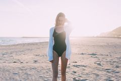 泳装的美丽的少妇在海滩 免版税库存照片
