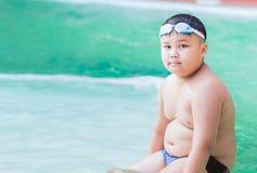 泳装的肥胖男孩 免版税图库摄影