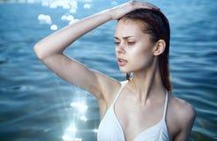 泳装的年轻美丽的妇女在海,画象,海滩,夏天 图库摄影