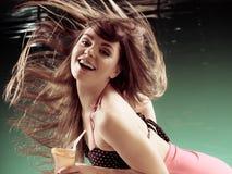 泳装头发的妇女在行动 免版税图库摄影