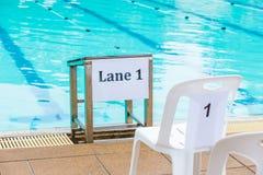 泳道1标志被张贴在学校游泳竞争 库存图片