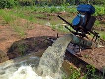 泵浦从运河抽到农场的另一边 免版税图库摄影