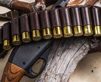 泵浦行为猎枪, 12测量弹药筒和猎刀 库存图片