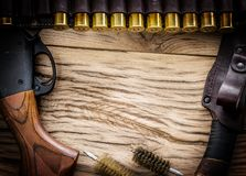 泵浦行为猎枪, 12测量弹药筒和猎刀 库存照片