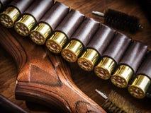 泵浦行为猎枪, 12测量弹药筒和猎刀 免版税库存照片
