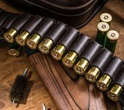 泵浦行为猎枪, 12测量弹药筒和猎刀 免版税图库摄影