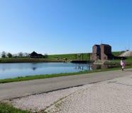 泵站在格罗宁根,荷兰省的Nordpolderzijl Noordpolderzijl  在北海的水坝 图库摄影