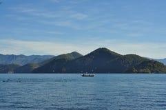 泸沽湖风景区, Chinaï ¼ ŒThe小船的,水鸟美丽的湖 库存图片