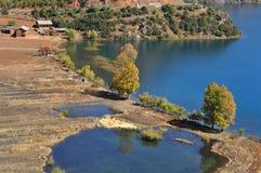 泸沽湖风景区, Chinaï ¼ ŒThe小船的,水鸟美丽的湖 免版税图库摄影