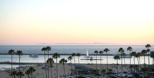活泼的海滩和美丽的港口 免版税库存图片