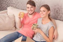 活泼的年轻夫妇饮用的茶 免版税库存照片