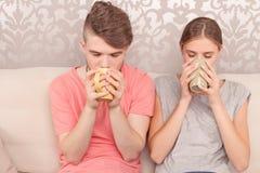 活泼的年轻夫妇饮用的茶 免版税库存图片