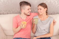活泼的年轻夫妇饮用的茶 库存图片