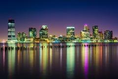 泽西市地平线在晚上,看从码头34,曼哈顿, 免版税库存照片