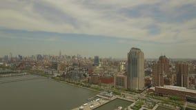 泽西市鸟瞰图  飞行在哈得逊河上在纽约 股票录像