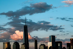 泽西市, NJ - 5/10/15 -一世界贸易和街市曼哈顿地平线在日落期间 库存图片