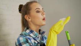 洁净、卫生学、家务、责任和家庭工作概念-美丽的白肤金发的女孩吹的泡沫在外面 影视素材