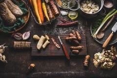 洋姜在土气厨房用桌上的削皮准备与罐、切成小方块的菜、油和成份,顶视图 健康 库存图片