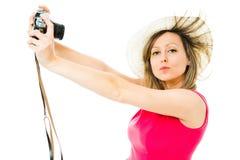 洋红色礼服的一名妇女有葡萄酒模式照相机的- selfie 库存照片