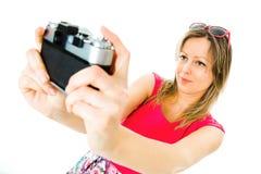 洋红色礼服的一名妇女有葡萄酒模式照相机的- selfie 免版税库存图片