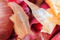 洋葱皮在自然光的农夫` s市场上 免版税图库摄影