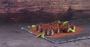 洒与可可粉在板岩的块菌状巧克力 影视素材
