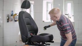 洒从pulveriser的人汽车座位 股票视频