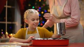 洒传统Xmas松饼与糖,愉快的童年记忆的女孩 股票视频