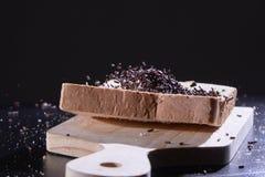 洒在切的面包的巧克力 库存照片