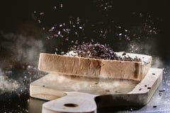洒在切的面包的巧克力 库存图片