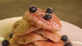 洒在薄煎饼真正的加拿大枫蜜的糖粉,中景 影视素材
