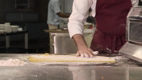 洒在面团的面粉 影视素材