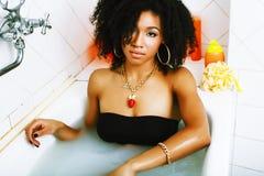 洗与泡沫的年轻俏丽的非裔美国人的女孩浴, lifest 库存照片