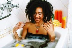洗与泡沫的年轻俏丽的非裔美国人的女孩浴, lifest 库存图片
