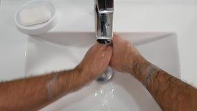 洗他的手在卫生间里使用肥皂和做很多泡沫的人 股票录像