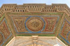 洗净液喷泉天花板的五颜六色的装饰盘区在穆罕默德・阿里巴夏前面清真大寺的,开罗城堡  库存图片