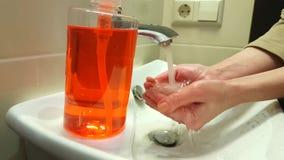 洗她的手的妇女在卫生下轻拍卫生间 股票录像