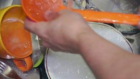 洗很多盘子的人紧密  影视素材
