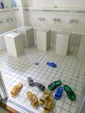 洗手间易穿脱的衣服在穆斯林的洗净液地方在祷告会议前的洗净的在神户清真寺,神户,日本 免版税库存图片