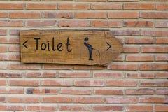 洗手间的经典简单设计手工制造木标志一个垂直的看法给方向WC,巴厘岛,印度尼西亚 关闭 库存图片