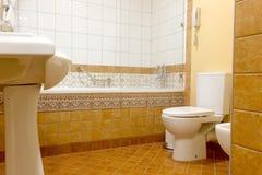 洗手间碗在一个美丽和干净的卫生间里 免版税库存图片