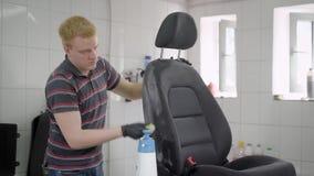 洗涤与刷子汽车座位的人 影视素材