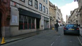 洗涤从地面的风窗清洁器一楼Windows在克莱尔街布里斯托尔上 影视素材
