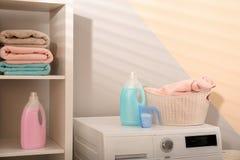 洗涤剂和洗衣篮在洗衣机 免版税库存图片