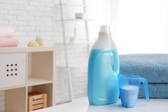 洗涤剂和清洁毛巾在桌,空间上文本的 r 库存图片