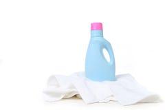 洗涤剂洗衣店顶层毛巾 库存图片