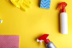 洗涤剂设置与洗碗布 免版税图库摄影