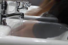 洗涤在水槽的手 免版税图库摄影