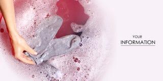 洗涤在水池enemale搽粉的洗涤剂样式的妇女袜子衣裳 库存图片