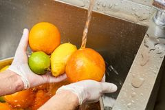 洗涤在自来水的柑橘水果分类 库存图片